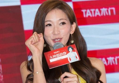 Lam Chi Linh lien tuc che chan vi vay ngan hinh anh