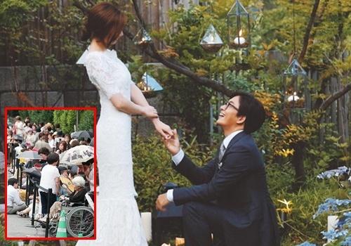 Cong bo anh Bae Yong Joon quy xuong truoc Park Soo Jin hinh anh
