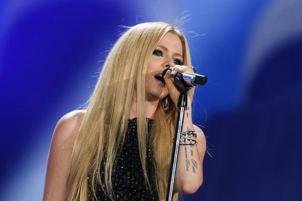 Avril Lavigne tro lai sau mot nam tri benh hinh anh
