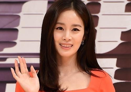 Kim Tae Hee so ho henh giua hop bao hinh anh