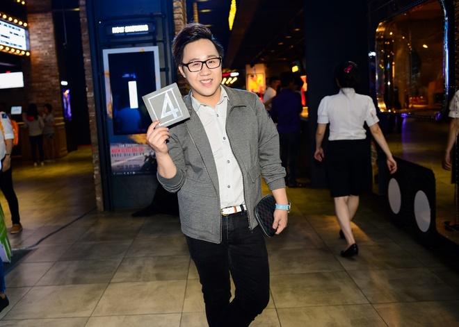 Duyen Anh Idol mac goi cam di xem 'Bo tu sieu dang' hinh anh 4 Ca sĩ Trung Quân Idol tranh thủ một ngày rãnh rỗi để đi xem phim trước khi dành thời gian cho các dự án âm nhạc sắp tới.