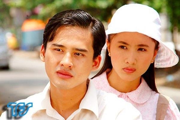 Duong tinh dan dien vien 'Cong mat troi' hinh anh 10 Sinh ra và lớn lên tại thị xã Cai Lậy, tỉnh Tiền Giang, với ngoại hình nam tính cùng niềm đam mê với phim ảnh, Lương Thế Thành quyết định khăn gói lên thành phố và thi vào trường CĐ Sân khấu & Điện ảnh. Ngay từ khi còn là sinh viên năm nhất, anh đã may mắn đảm nhận vai chính trong phim Chuyện cổ tích Lê Qúy Đôn. Năm 2004, sau giải nhì Diễn viên triển vọng, anh được đạo diễn Hồ Ngọc Xum chọn vào vai Minh trong phim chiến tranh Trái tim son trẻ. Cho đến hiện nay, nam diễn viên điển trai đã sở hữu một gia tài phim ảnh đồ sộ, trong đó phải kể đến những bộ phim nổi bật như Mùi ngò gai, Miền đất phúc, Bò cạp tím, Giọt đắng...