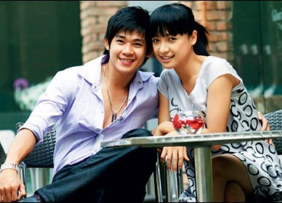 Duong tinh dan dien vien 'Cong mat troi' hinh anh 16 Bước chân vào nghệ thuật với vai trò ca sĩ, nhưng Phùng Ngọc Huy lại được khán giả yêu mến khi lấn sân sang lĩnh vực phim ảnh. Năm 2009, anh thực sự tỏa sáng với vai công tử Quốc si tình trong Cổng mặt trời. Vai diễn này đồng thời giúp Phùng Ngọc Huy ẵm luôn danh hiệu Nam diễn viên truyền hình được yêu thích nhất tại giải Mai vàng 2010. Sau đó, nam diễn viên tiếp tục góp mặt trong loạt phim truyền hình Hương cỏ dại, Mua láng giềng gần, Duyên nghiệp... Nhưng tiếc thay vẫn chưa có thêm vai diễn nào nổi trội và vượt qua cái bóng của Quốc.