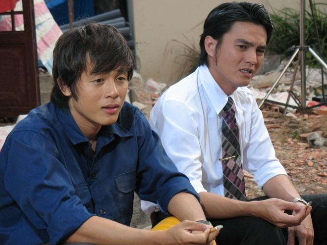 """Dan dien vien 'Mui ngo gai' ngay ay - bay gio hinh anh 6 Sinh năm 1975, Cao Minh Đạt đến với phim ảnh như một cái duyên, khi đang là sinh viên trường hàng hải Cao Minh Đạt quyết định bỏ ngang và thi vào trường CĐ Sân khấu và Điện ảnh. Vai Tạo trong Blouse Trắng đã tạo nên """"bệ phóng"""" trong sự nghiệp diễn xuất của Cao Minh Dạt. Sau đó anh liên tiếp được đảm nhận vai chính trong nhiều phim truyền hình ăn khách như: Lục Vân Tiên, Vòng xoáy tình yêu, TÌnh yêu tìm lại, Tham vọng... Trong Mùi ngò gai, anh vào vai Trường, chàng trai hiền lành và nhu nhược. Ban đầu, Trường quý mến sự hiền lành, trong sáng của Vy nhưng khi nhận ra tình cảm Khanh (Hòa Hiệp) dành cho Vy thì anh quyết định rút lui trong im lặng."""