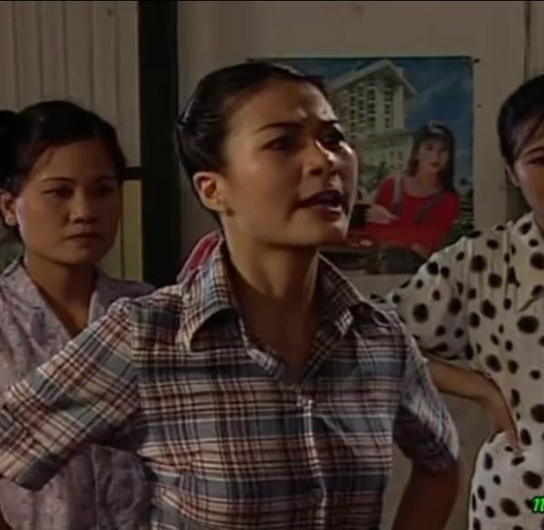"""Cuoc song nhieu nga re cua dan dien vien 'Song o day song' hinh anh 5 NSƯT Kim Oanh vai Mây: Kim Oanh khi tham gia bộ phim Sóng ở đáy sông chỉ là một tên tuổi chưa được khán giả biết đến. Phải thừa nhận rằng, Mây ghê gớm, lăng nhăng được Kim Oanh thể hiện chân thực. Cũng vì đảm nhận vai diễn này, cô có thêm lượng lớn """"anti-fan"""". Khán giả và đạo diễn một thời gian dài đóng khung cô trong các vai ghê gớm, đanh đá trên màn ảnh như vai Tuyết trong Những ngọn nến trong đêm, vai cô Ló trong phim Ma làng…Ảnh: VTV."""