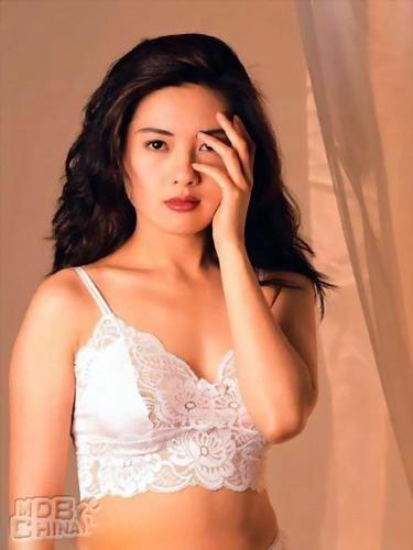 Cuoc song 'Nu hoang phim cap ba Hong Kong' o tuoi U50 hinh anh 2 Cô thành công cả ở dòng phim chính thống và phim cấp ba. Thư Kỳ từng được coi là bản sao của Lý.
