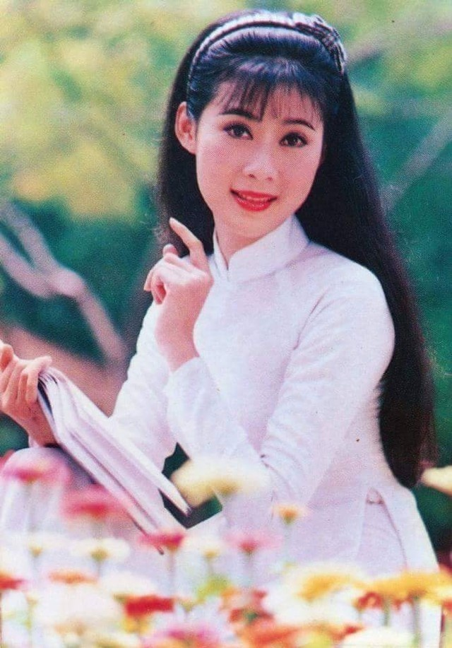 """Duong tinh dan dien vien 'Nuoc mat hoc tro' hinh anh 10 Diễm Hương sinh năm 1970, được xem là """"Đệ nhất mỹ nhân"""" của điện ảnh ảnh Việt thập niên 90. Trong phim Nước mắt học trò, cô đảm nhận vai Hương hiền lành, ngây thơ và có mối tình trong sáng với Hùng (Lý Hùng). Ngoài ra, nữ diễn viên còn đóng vai chính trong nhiều bộ phim ăn khách lúc bấy giờ như Phạm CÔng - Cúc Hoa, Kiều Nguyệt Nga, Tấm Cám, Tình xa.. Khi dòng phim thị trường thoát trào, Diễm Hương đóng nốt phim truyền hình Những đứa con thành phố (1996) và biến mất hoàn toàn khỏi showbiz"""