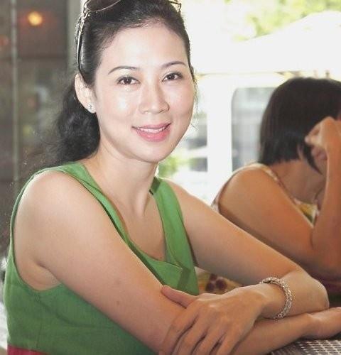 Duong tinh dan dien vien 'Nuoc mat hoc tro' hinh anh 11 Năm 1997, Diễm Hương và cuộc tình với gã lừa đảo - Việt Kiều Juan Minh bất ngờ trở thành chủ đề bàn tán của dư luận. Trước những cay đắng, vấp ngã trong đường tình, Diễm Hương quyết định rời bỏ Việt Nam và chuyển đến Canada sinh sống. Vào năm 2010, Diễm Hương xuất hiện tại một sự kiện cùng nữ diễn viên Mộng Vân. Dù đã ở tuổi 40 nhưng mỹ nhân một thời vẫn giữ được vẻ đẹp của ngày nào. Cô hiện sinh sống ở TPHCM và hạnh phúc với cuộc sống viên mẫn bên chồng và bốn người con.