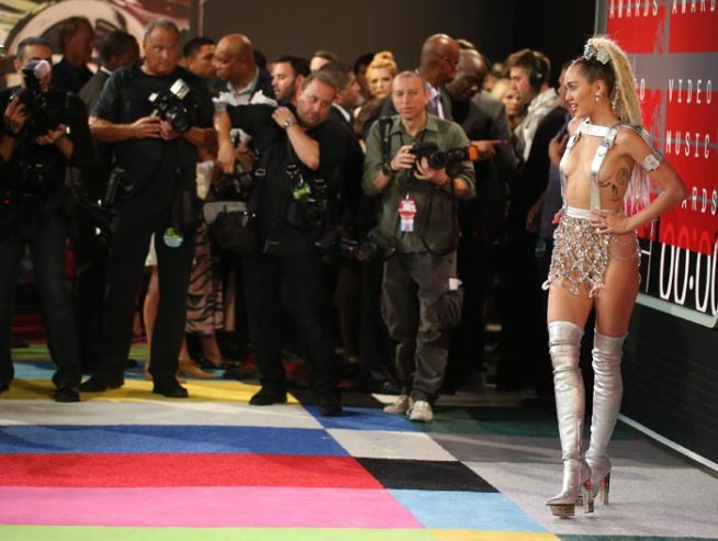 Album moi cua Miley Cyrus: Nghe thuat hay khieu khich? hinh anh