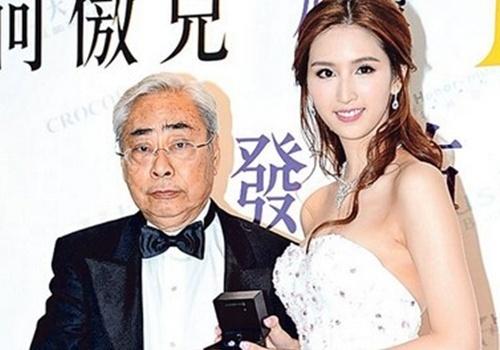 Kieu nu TVB vui ve voi thieu gia trong xe hoi hinh anh