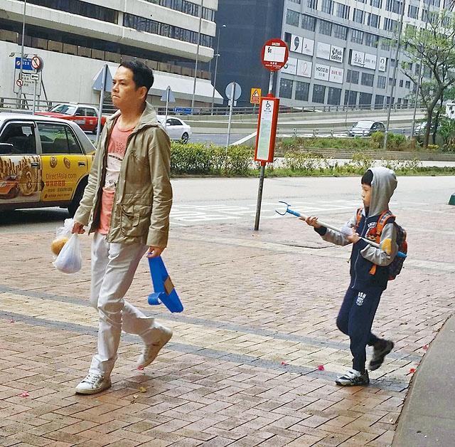 'Chuc Anh Dai' Luong Tieu Bang: Tuoi U50 chat vat nuoi chong hinh anh 4 Tràn Gia Huy lo nội trợ, đưa đón con trai mỗi ngày.