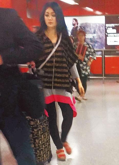 'Chuc Anh Dai' Luong Tieu Bang: Tuoi U50 chat vat nuoi chong hinh anh 6 Để tiết kiệm chi phí, cô thường đi làm bằng xe bus, tàu điện ngầm.