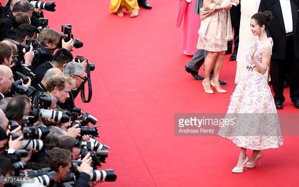 Sao Hoa ngu roi vao canh be bang tren tham do quoc te hinh anh 13 Angela Baby khi có mặt trên thảm đỏ quốc tế LHP Cannes cố tạo dáng thật lâu mặc dù số lượng phóng viên quan tâm đến cô gần như không có. Trước những chỉ trích, cô vui vẻ: