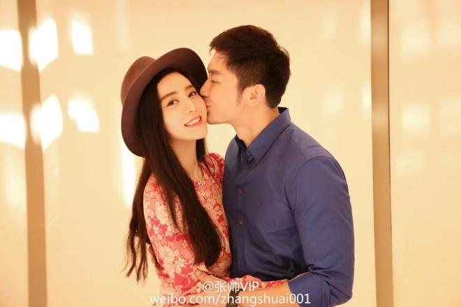 Pham Bang Bang don sinh nhat ben bo me va Ly Than hinh anh 4 Cặp đôi giống như vợ chồng son. Nhìn hình ảnh này, truyền thông tin rằng, việc tổ chức hôn lễ chỉ còn là vấn đề thời gian.