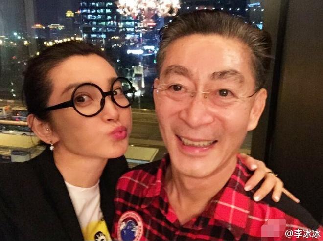 Luc Tieu Linh Dong nguong vi hanh dong cua Ly Bang Bang hinh anh 1 Lý Băng Băng có cử chỉ thân mật với Luc Tiểu Linh Đồng.