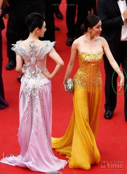 Sao Hoa ngu roi vao canh be bang tren tham do quoc te hinh anh 8 Dương Mịch góp mặt tại LHP Cannes 65 và gây chú ý với bộ váy màu vàng rất nổi bật. Nhưng kỷ niệm lần đầu có mặt trên thảm đỏ Cannes trở thành ác mộng với người đẹp sinh năm 1986.  Trong một khoảnh khắc, cô phản ứng khó chịu bằng việc giơ