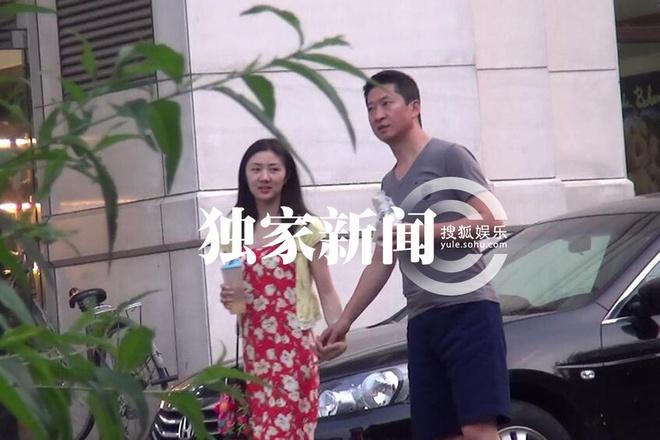 Chau Kiet tay trong tay ban gai sau tin tron no hinh anh 1 Châu Kiệt xuất hiện bên cô gái trẻ, họ cùng rời quán massage.