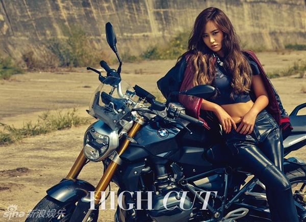 My nhan Han pha cach tren tap chi thang 10 hinh anh 11 Thành viên Yuri và nhóm SNSD đánh dấu sự trở lại thành công với Lion Heart. Trên High Cut, người đẹp tự tin bên xe máy.