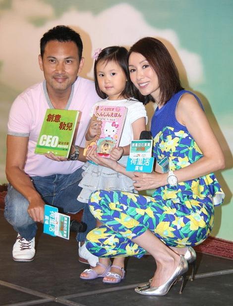 Dan dien vien 'Ho so trinh sat' sau hon 20 nam hinh anh 6 Năm 2004 Quách Khả Doanh kết hôn cùng tài tử Lâm Văn Long và lui về quản lí công việc kinh doanh của gia đình.  Dù vậy,tin tức và hình ảnh của cặp vợ chồng cùng cô con gái 5 tuổi vẫn được báo chí săn đón và nhận nhiều sự quan tâm của người hâm mộ.
