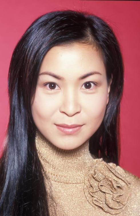 Dan dien vien 'Ho so trinh sat' sau hon 20 nam hinh anh 9 Tô Ngọc Hoa vai Kim Chi Khán giả yêu mến Hồ sơ trinh sát, chắc sẽ khó quên cô nàng Kim Chi mê cờ bạc, ham tiền, chân chất và có mối tình đáng yêu cùng chàng cảnh sát Trung Nghĩa. Sau đó, nữ diễn viên sinh năm 1968 tiếp tục góp mặt trong hàng loạt phim ăn khách khác của TVB như Trái bí lớn, Ba chị em, Hương sắc cuộc đời...Năm 2009, cô sang New York học khóa chuyên về nghệ thuật, do Quỹ học bổng Lee Hysan Hall của Hiệp hội văn hóa châu Á tài trợ. Gần đây, Tô Ngọc Hoa đã quay lại TVB, tham giaTái đắc hữu tình nhânhay bom tấnKiêu hùngcùng Lê Diệu Tường, Thang Trấn Nghiệp, Hồ Hạnh Nhi
