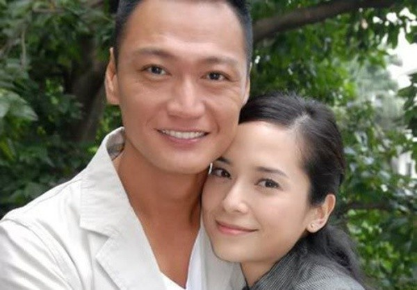 """Dan dien vien 'Ho so trinh sat' sau hon 20 nam hinh anh 4 Năm 2000, Đào Đại Vũ tổ chức đám cưới cùng nữ diễn viên Huỳnh Tuệ Bảo. Trước đó, cặp đôi có thời gian 10 năm yêu nhau, Tuệ Bảo cũng là người phụ nữ đã cùng Đại Vũ trải qua những ngáy tháng gian khổ nhất, khi anh chỉ là diễn viên trẻ, chưa được TVB trọng dụng. Năm 2007, Đào Đại Vũ nảy sinh chuyện """"chuyện phim giả tình thật"""" với Quách Thiện Ni khi đóng phim Học viện cảnh sát. Vì nàng Hoa hậu, nam diễn viên đã quyết định ly hôn với vợ. Thế nhưng, chuyện tình Đào - Quách chóng vánh, không lâu sau nàng bỏ chàng để đi theo người đàn ông khác."""