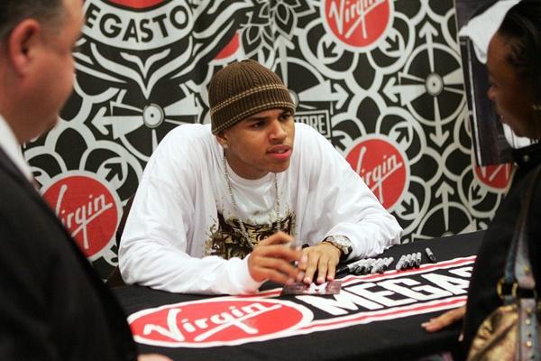 Chris Brown bi cam den Australia vi tung hanh ha ban gai hinh anh