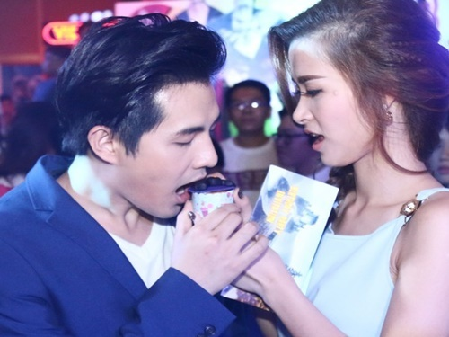 Dong Nhi dut cho Ong Cao Thang an giua hop bao hinh anh