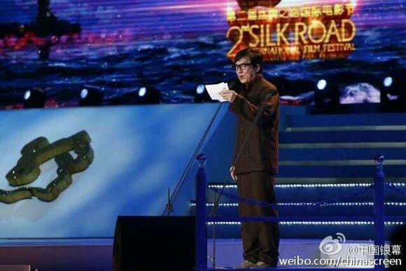 Thanh Long trao giai cho 'Toi thay hoa vang tren co xanh' hinh anh 2 Thành Long khi tuyên bố giải thưởng.