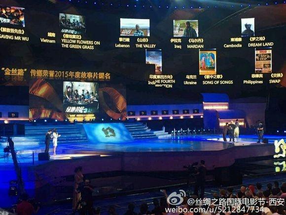 Thanh Long trao giai cho 'Toi thay hoa vang tren co xanh' hinh anh 1 Thành Long trao giải cho Hoa vàng trên cỏ xanh.