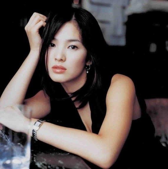 Song Hye Kyo: 15 nam mot tuong dai nhan sac hinh anh 1 Song Hye Kyo sinh năm 1981, là sao hạng A của làng giải trí xứ Hàn. Sự nghiệp của cô khởi đầu khá sớm trong những năm cuối thập niên 90. Tuy nhiên, cô chỉ đảm nhận vai phụ, ít được chú ý.
