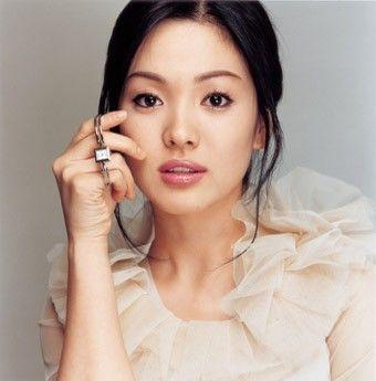 Song Hye Kyo: 15 nam mot tuong dai nhan sac hinh anh 4 Song Hye Kyo nhanh chóng nổi tiếng và gây chú ý nhờ gương mặt tròn đầy phúc hậu, khuôn miệng dày gợi cảm.
