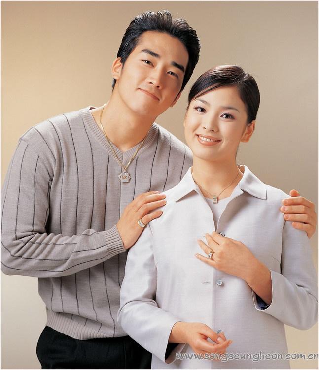 Song Hye Kyo: 15 nam mot tuong dai nhan sac hinh anh 3 Chụp ảnh bên Song Seung Hun, cô đẹp giản dị, không cần cầu kỳ.
