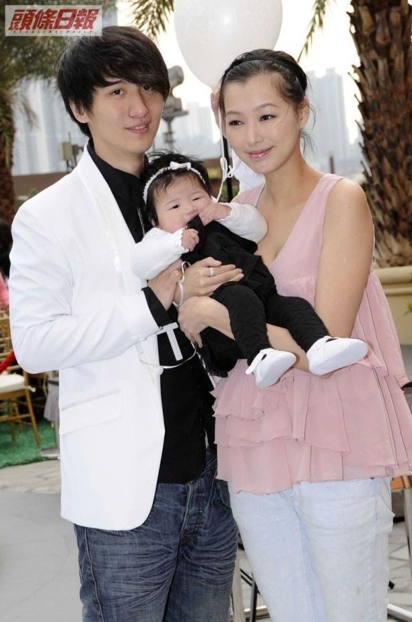 Sao Hong Kong tu tu de niu keo vo sau scandal ngoai tinh hinh anh 3 Gia đình ca sĩ Vĩnh Hằng - diễn viên Triệu Tụng Như thời hạnh phúc.