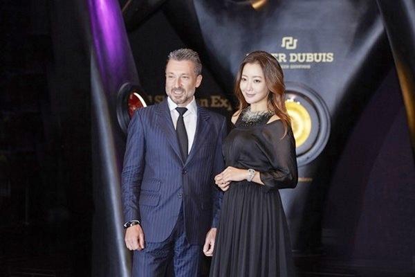 Ha Ji Won, Kim Hee Sun khoe ve tre dep tuoi U40 hinh anh 7 Từng một thời là nữ hoàng màn ảnh Hàn Quốc, Kim Hee Sun giờ không còn ở vị trí đỉnh cao như xưa. Tuy nhiên, nhắc đến cô, truyền thông vẫn nể trọng. Cô là hình mẫu tiêu biểu của diễn viên tài sắc, hạnh phúc.
