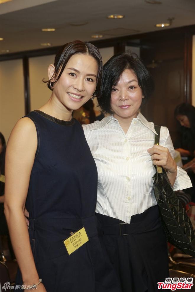 Ve phat tuong cua hai giai nhan hang dau TVB hinh anh 1 Tuyên Huyên và Trần Ngọc Liên hội ngộ trong sự kiện mới.