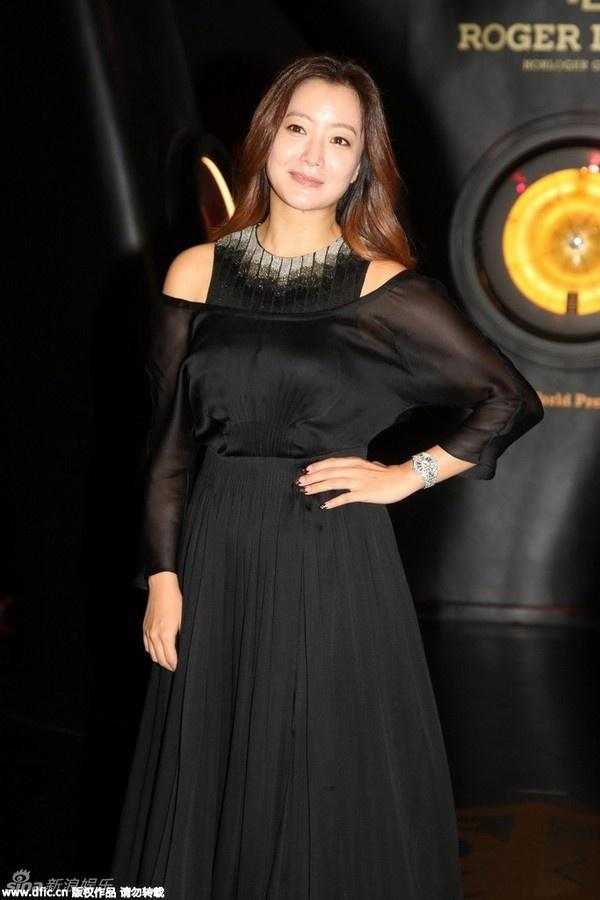 Khá trùng hợp, Kim Hee Sun mới đây cũng tham dự một sự kiện quảng cáo. Người đẹp xứ Hàn bước sang tuổi 38 nhưng không khác nhiều so với thời 10 năm trước.