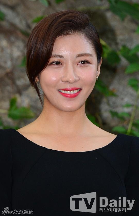 Ha Ji Won, Kim Hee Sun khoe ve tre dep tuoi U40 hinh anh 2 Cận cảnh làn da căng mịn của nữ diễn viên Hoàng hậu Ki.