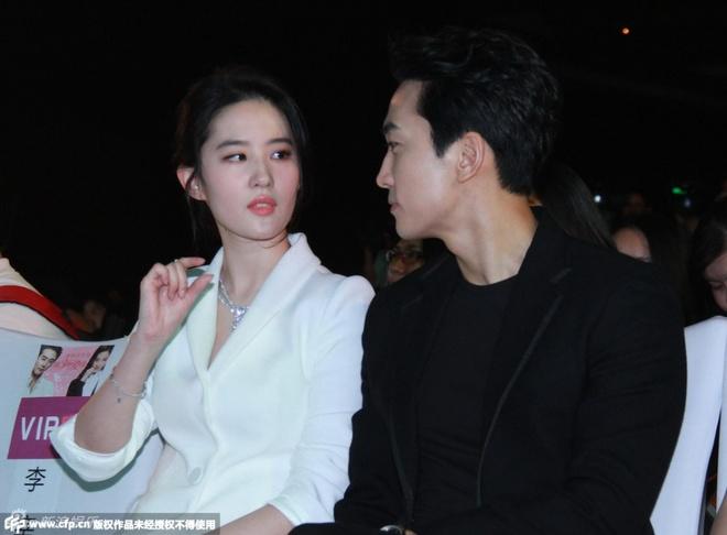 Luu Diec Phi, Song Seung Hun tinh cam giua tin don ran nut hinh anh 1 Lưu Diệc Phi và Song Seung Hun tình cảm trong buổi họp báo.