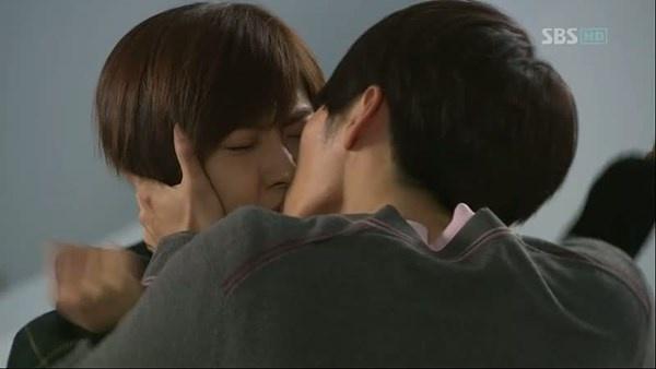 Nhung nu hon day bao luc tren man anh Han hinh anh 2 Đến Sceret Garden, Ha Ji Won tiếp tục trải nghiệm màn khóa môi đầy bạo lực khác. Đó  là cảnh quay cô nàng Ra Im (Ha Ji Won) dù ra sức vùng vẫy nhưng vẫn không  thoát khỏi bờ môi của anh chàng Joo Won (Hyun Bin).