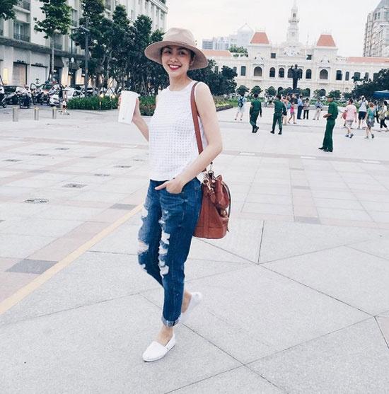 Denim cai bang mac van sang nhu my nhan Viet hinh anh 2 Nữ diễn viên thường chọn cách phối quần jean với những dáng áo đơn màu, thiết kế đơn giản. Phụ kiện đi cùng như túi xách, ba lô da được cô rất chú trọng khi diện  jean rách.