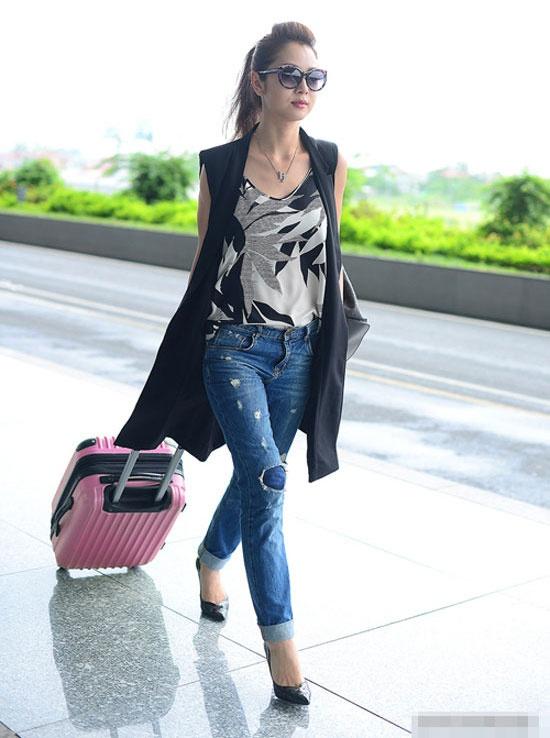 Denim cai bang mac van sang nhu my nhan Viet hinh anh 6 Xuất hiện ở sân bay, Jennifer Phạm cũng gây được sự chú ý bởi sự trẻ trung với set đồ  quần jean rách, áo dáng dài sát nách khoác nhẹ nhàng.