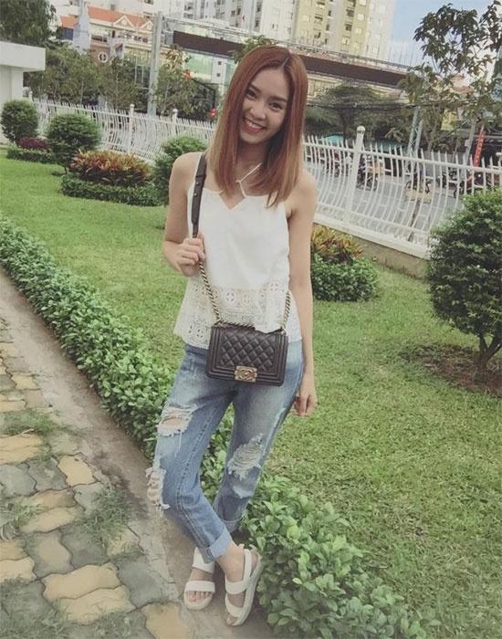 Denim cai bang mac van sang nhu my nhan Viet hinh anh 10 Dịu dàng, nữ tính hơn khi diện jean rách bạn có thể diện áo voan thiết kế  cổ yếm gợi cảm như Ninh Dương Lan Ngọc.