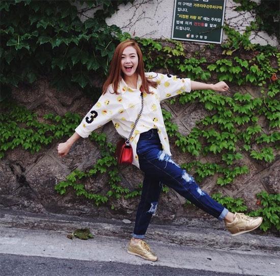 Denim cai bang mac van sang nhu my nhan Viet hinh anh 11 Phong cách thời trang cá tính, hiện đại của Minh Hằng không thể không nhắc đến chiếc quần jean rách sành điệu. Để hoàn thiện phong cách,  cô nàng thường chọn đi cùng là áo sơ mi dáng rộng, áo gile dáng dài hay giày thể thao.