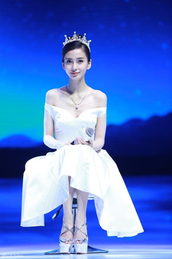 Vuong mien hoang gia o le cuoi Angelababy la do di muon hinh anh 1 Huỳnh Hiểu Minh mượn vương miện cho Angela Baby trong ngày cưới.