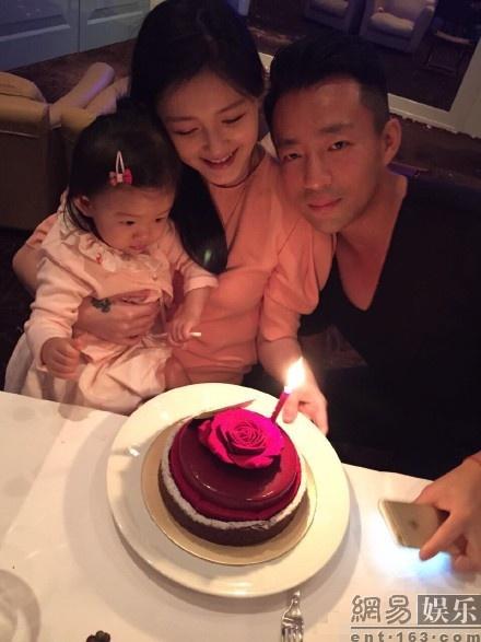 Dai S sinh nhat tiet kiem ben gia dinh hinh anh 1 Vợ chồng Uông Tiểu Phi - Đại S bên con gái nhỏ trong ngày sinh nhật.