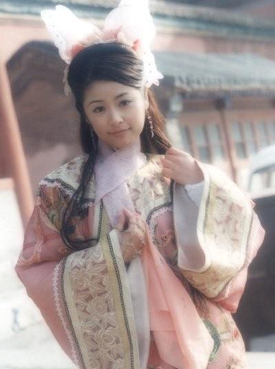 7 co vo trong phim 'Tieu Bao va Khang Hy' sau 15 nam hinh anh 6 Lâm Tâm Như trong vai công chúa Kiến Ninh.