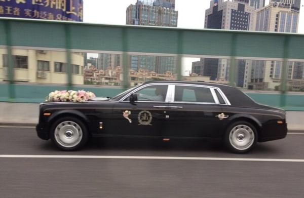 Dan xe sang trong hon le Angelababy - Huynh Hieu Minh hinh anh 2 Xe cưới của Huỳnh Hiểu Minh xếp hàng đầy đủ từ chiều 7/10.