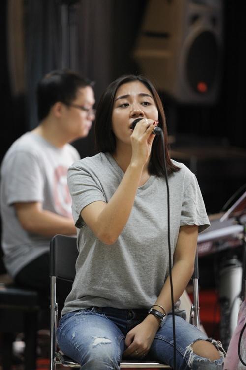 Trut bo phan son, sao Viet lieu co dang so? hinh anh 9 Uyên Linh, Văn Mai Hương cùng để mặt mộc trong một buổi tập nhạc.