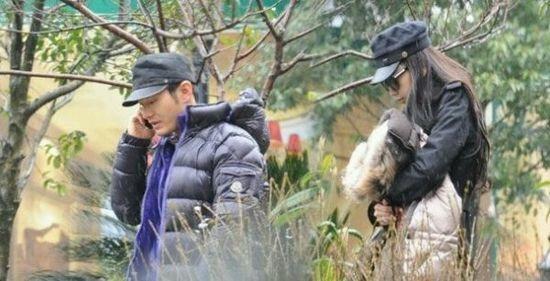 Chuyen tinh 6 nam cua Angelababy - Huynh Hieu Minh qua anh hinh anh 6 Chuyện tình cảm của họ ồn ào hơn khi Angela lộ ảnh đến thăm phim trường Tô Khất Nhi vào tháng 8/2010.