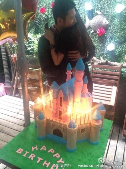 Chuyen tinh 6 nam cua Angelababy - Huynh Hieu Minh qua anh hinh anh 8 Trong tiệc sinh nhật Angela vào năm 2011, Huỳnh Hiểu Minh có cử chỉ thân mật với cô. Nhưng anh chỉ cười khi bị hỏi về đời sống riêng tư.